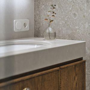 Na wprost wejścia znalazła się wisząca szafka z umywalką, półka pod szafką i lustro. Projekt Raca Architekci. Fot. Tom Kurek