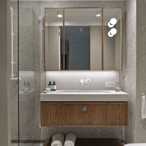 W łazience zadbano o kolorystykę nawiązującą do reszty mieszkania. Projekt Raca Architekci. Fot. Tom Kurek