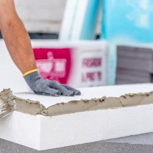 Zarówno w przypadku nowo budowanych domów, jak i termomodernizacji, projekt powinien określać rodzaj materiałów ociepleniowych i sposób ich użycia (np. grubość warstwy). Fot. Styropmin