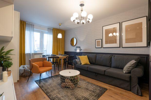 Mieszkający w Rawie Mazowieckiej Ewelina i Kuba marzyli o pięknym salonie w którym uda się połączyć wiele funkcji. Pokój miał być miejscem do odpoczynku w ciągu dnia, sypialnią, jadalnią, a także bawialnią dla dzieci.