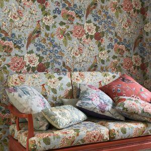 Kwiatowy wzór zasłon i poduszek w brytyjskim stylu. Fot. Colefax Cowler