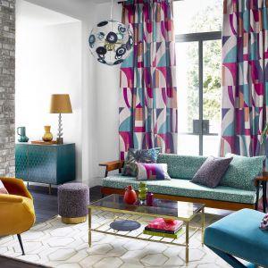 Kolorowe zasłony w salonie wprowadzą wiosenny klimat do wnętrza. Kolekcja Harlequin Atelier. Fot. Harlequin