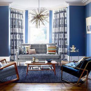 Zasłony w salonie - pomysł na aranżację w niebieskim kolorze. Kolekcja Harlequin Atelier. Fot. Harlequin