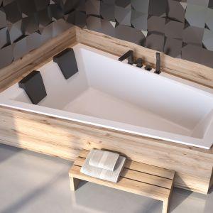 Wanna dla dwojga - wanna asymetryczna Intima Duo Slim z zagłówkami, obudowa z płytek imitujacych drewno wprowadzi do łazienki klimat spa. Fot. Besco