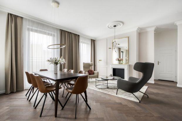 Eleganckiewnętrza w klasycznym stylu łączą historyczne elementy z nutką nowoczesności. Są jasne, przestronne i subtelne. Tak pięknie urządzone apartamenty znajdują się w zabytkowej kamienicy na Mokotowskiej w Warszawie. Budynek też odzyska d