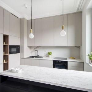 Nowoczesną nutkę wprowadzają do wnętrza minimalistyczne aneksy kuchenne oraz eleganckie łazienki. Projekt: Magdalena Federowicz-Boule, Kama Kowacz, Martyna Wojtasik. Fot. Dariusz Majgier
