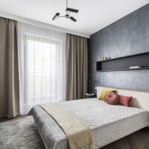 Sypialnia jest nowoczesna, ale też przytulna. Projekt: Magdalena Federowicz-Boule, Kama Kowacz, Martyna Wojtasik. Fot. Dariusz Majgier