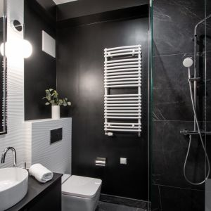 W łazience dominuje ciemne kolorysty. Projekt: Magdalena Federowicz-Boule, Kama Kowacz, Martyna Wojtasik. Fot. Dariusz Majgier
