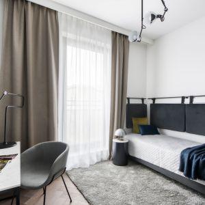 Pokój gościnny może też pełnić rolę domowego biura. Projekt: Magdalena Federowicz-Boule, Kama Kowacz, Martyna Wojtasik. Fot. Dariusz Majgier
