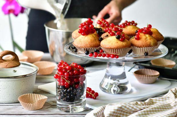 Przezroczyste naczynia znakomicie nadają się nie tylko do serwowania napojów, lecz również do komponowania w nich deserów na miarę kultowych kawiarni.