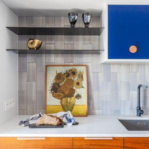 Ścianę nad blatem zdobią kafle ułożone w pionie. Projekt Joanna Rej. Fot. Pion Poziom