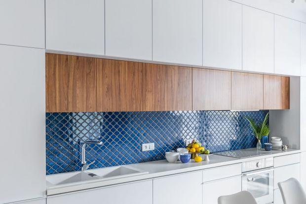 Po latach dominacji szkła i innych nowoczesnych materiałów na ścianie nad blatem do łask wracają płytki. Zobaczcie jak mogą prezentować się w Waszej kuchni.