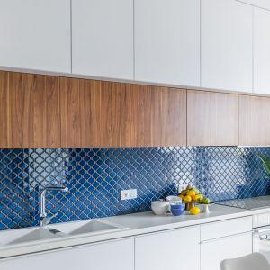 Ścianę nad blatem zdobi mozaika o wzorze arabeski w niebieskim kolorze. Projekt Monika Pniewska. Fot. Pion Poziom