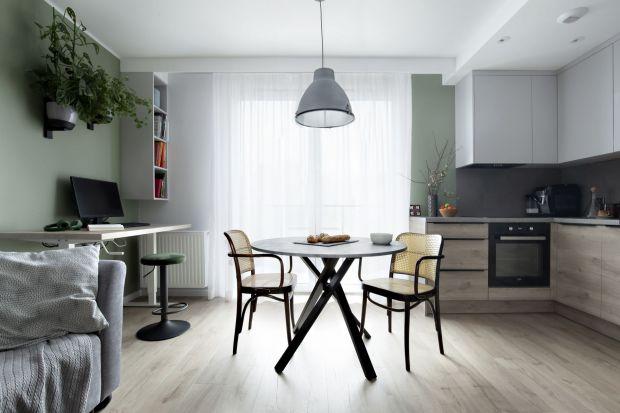 Nieduże mieszkanie zaprojektowano bardzo funkcjonalnie. Jesttu miejsce zarówno na komfortowy odpoczynek, jak i na pracę w domu. Jest teżzielono, inspirująco, a przy tym niezwykle stylowo i pomysłowo.