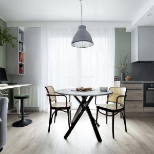 Wnętrze urzeka innowacyjną i wysoce uniwersalną stroną minimalizmu, a także starannością o każdy aranżacyjny szczegół. Projekt: Ilona Paleńczuk z zespołem, pracowania IP Design. Fot. Karolina Chęcińska