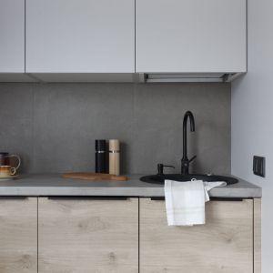 Ścianę nad blatem w kuchni wykończono szarymi płytkami. Projekt: Ilona Paleńczuk z zespołem, pracowania IP Design. Fot. Karolina Chęcińska