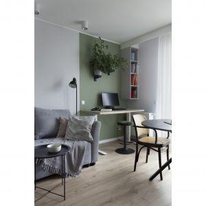 Niewielka powierzchnia jest nie tylko kwintesencją przestrzeni prywatnej, ale również jest w stanie pomieścić stanowiska pracy. Projekt: Ilona Paleńczuk z zespołem, pracowania IP Design. Fot. Karolina Chęcińska