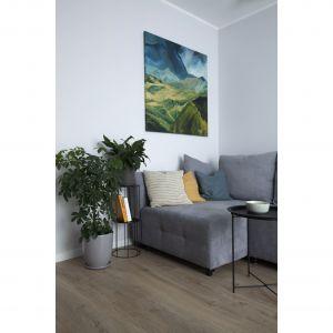 Szare ściany idealnie pasują do drewniane podłogi. Projekt: Ilona Paleńczuk z zespołem, pracowania IP Design. Fot. Karolina Chęcińska