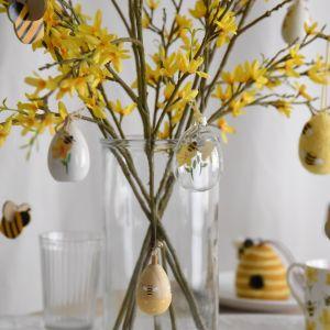 Prosty pomysł na wielkanocną dekorację stołu - przezroczysty szklany wazon, piękne kwiaty forsycji i pisanki. Fot. Gisela Graham London