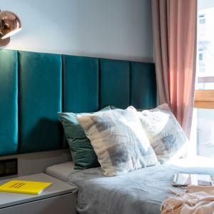 Na ścianie za łóżkiem zamontowano tapicerowany zagłówek w odcieniu butelkowej zieleni. Autorka projektu: Malwina Kuzera. Fot. Piotr Seweryn, SewiMedia