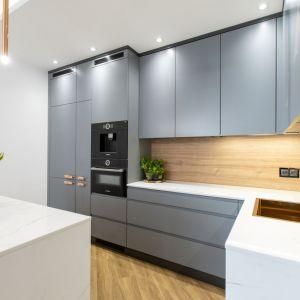 Fronty kuchenne są proste, o łagodnej szarej kolorystyce. Autorka projektu: Malwina Kuzera. Fot. Piotr Seweryn, SewiMedia