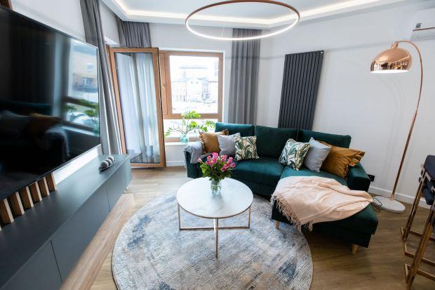 Zapraszamy do uroczego mieszkania zlokalizowanego w Kielcach. Kupione zostało przez rodzinę z myślą o weekendowych wypadach do miasta. Za funkcjonalny projekt wnętrza i elegancką kolorystykę odpowiada Malwina Kuzera.<br /><br />
