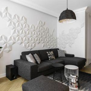 Ściana za kanapą w salonie wykończona jest płytkami z betonu architektonicznego 3D. Trójwymiarowa dekoracja w takim wydaniu doskonale wpisuje się w nowoczesną stylistkę salonu. Projekt: Anna Maria Sokołowska. Fot. Fotomohito