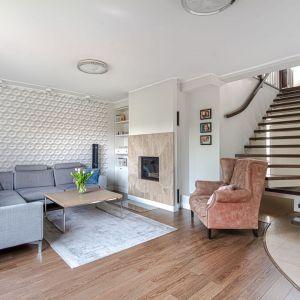 Ściana za kanapą w salonie wykończona jest tapetą, która daje złudzenie trójwymiarowości. Projekt: Beata Ignasiak. Fot. Wojciech Łowicki