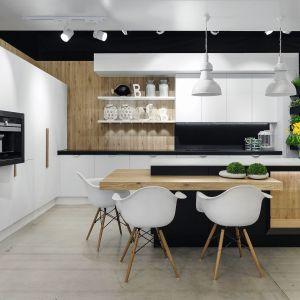 Biała kuchnia w stylu skandynawskim z jasnym drewnem. Projekt Meble Vigo. Fot. Artur Krupa