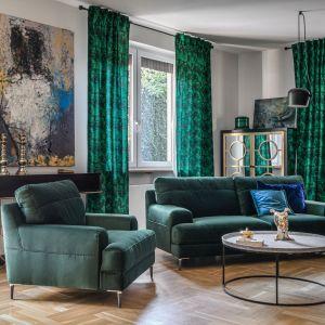 Zielona sofa i fotel z kolekcji Monday Gala Collezione, połączone z niebieskim dywanem i pomarańczową pufą stworzyły poprzez dodanie nowego koloru ciekawy akcent w przestrzeni. Uzyskany w ten sposób wystrój jest z pewnością mniej formalny. Fot. Gala Collezione