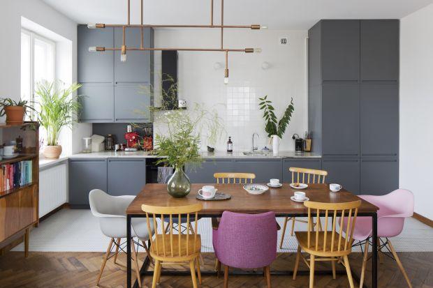 Szara kuchnia to doskonały pomysł na modnie urządzoną przestrzeń. Szarości sprawdzą się w nowoczesnych i klasycznych aranżacjach. Do tego zawsze pięknie się prezentują.