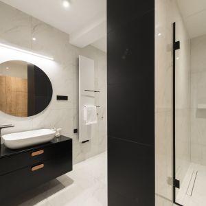 Projekt łazienki z oświetleniem o podwyższonej klasie szczelności. Proj. Kama Mucha, oprawy Panton marki Labra. Fot. Labra