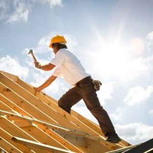Rozpoczynając myślenie o budowie domu, trzeba na wstępie podjąć decyzję m.in. o tym, na jaki rodzaj pokrycia dachowego się zdecydować. Fot. AdobeStock