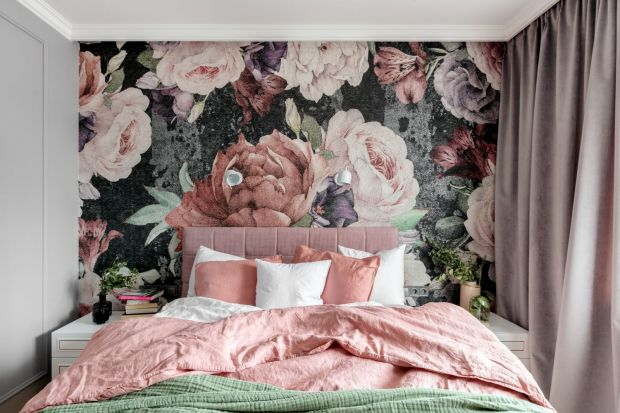 Tapeta to doskonały pomysł na dekorację ściany w sypialni. Nie tylko ożywi aranżację wnętrza, ale też doda mu przytulności. Zobaczcie modne wzory idealna na ściną za łóżkiem.