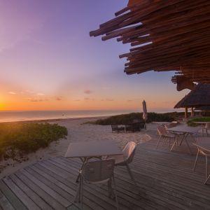 Fast@WhiteSandLuxuryVillas Zanzibar - krzesło Niwa, stół Radice Quadra. Zdjęcia Kerry de Bruyn