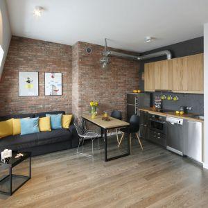 Salon w bloku inspirowany klimatem loftu. Projekt: Katarzyna Moraczewska. Fot. Bartosz Jarosz