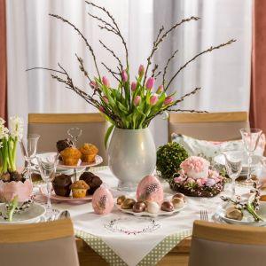 Pomysł na wielkanocną dekorację stołu. Żywe tulipany i piękne pastele ozdobią każdy świąteczny stół. Fot. Salony Agata
