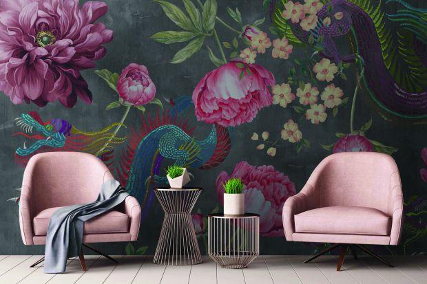 Kwiatowe wzory to doskonały sposób na dekorację ściany w salonie. Tuż za kanapą prezentuję się niezwykle efektownie, a do tego są bardzo modne!