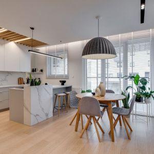 Lampa nad stołem w jadalni w wersji XL. Projekt: Pracownia Architektury Wnętrz FOORMA. Zdjęcia: Radosław Sobik