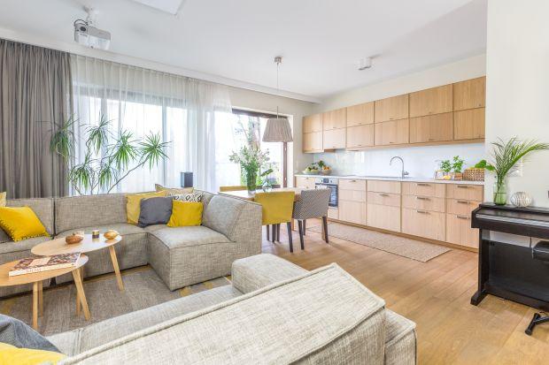 Ciepły i przytulny salon to enklawa domowego szczęścia. Nic więc dziwnego, że wielu Polaków marzy właśnie o takiej aranżacji swego pokoju dziennego.