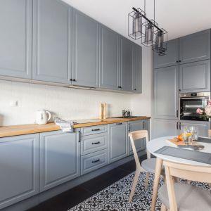 Kuchnia w stylu klasycznym, wykonana na wymiar, z AGD w zabudowie. Projekt Deer Design