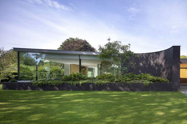 Ten duży, bo aż 400-metrowy dom został zaprojektowany dla czteroosobowej rodziny,i to w taki sposób, że wszystkie pomieszczenia są połączone horyzontalnie. Jego największą ozdobą jest z pewnością piękne patio z bujną, żywą zielenią!