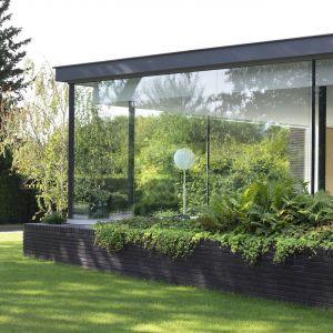 Ogród płynnie łączy się tu z wnętrzem domu. Zdjęcia: i29/Ewout Huibers