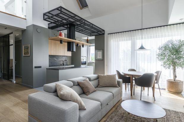Dwa piętra - jedno mieszkanie. Apartament na jednym z nowych osiedli w Poznaniu czerpie stylistyczne inspiracje z dwóch europejskich, kulturowych biegunów. Efekt? Domowa podróż pełna zaskoczeń, którą przygotowała Katarzyna Kaftańska z pracowni