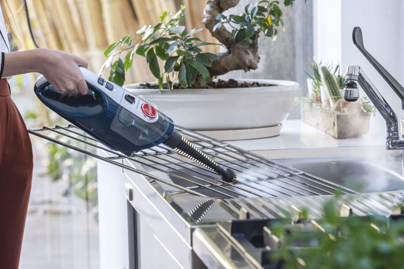 Odkurzacz jest także wyposażony w odczepianą parownicę ręczną, dzięki której skutecznie i szybko umyjesz okna, odkurzysz zasłony, meble czy płyty grzewcze. Cena: cenie 899 zł. Fot. Hoover