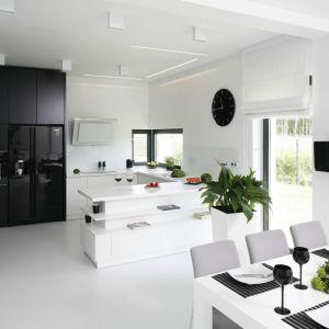 W nowoczesnej kuchni białe meble i ściany połączono z czernią. Projekt: Maria Biegańska, Ewelina Pik. Fot. Bartosz Jarosz