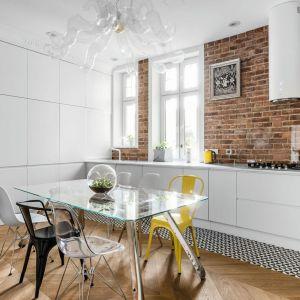 Cegła w białej kuchni połączonej z jadalnią to świetne połączenie. Projekt: Anna Maria Sokołowska. Fot. Fotomohito