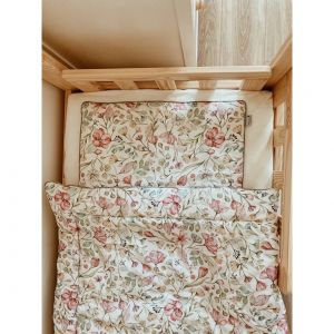 Kwieciste wzory to świetny pomysł na pokój dla młodszych dziewczynek, jak i nieco starszych nastolatek. Fot. Pinio