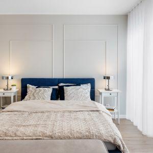 Główne miejsce w sypialni zajmuje duże, tapicerowane łóżko. Projekt: Joanna Nawrocka, JN Studio Joanna Nawrocka. Fot. Łukasz Bera