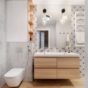 W łazience znajduje się wbudowane lustro z ciekawymi kinkietami. Projekt: Joanna Nawrocka, JN Studio Joanna Nawrocka. Fot. Łukasz Bera
